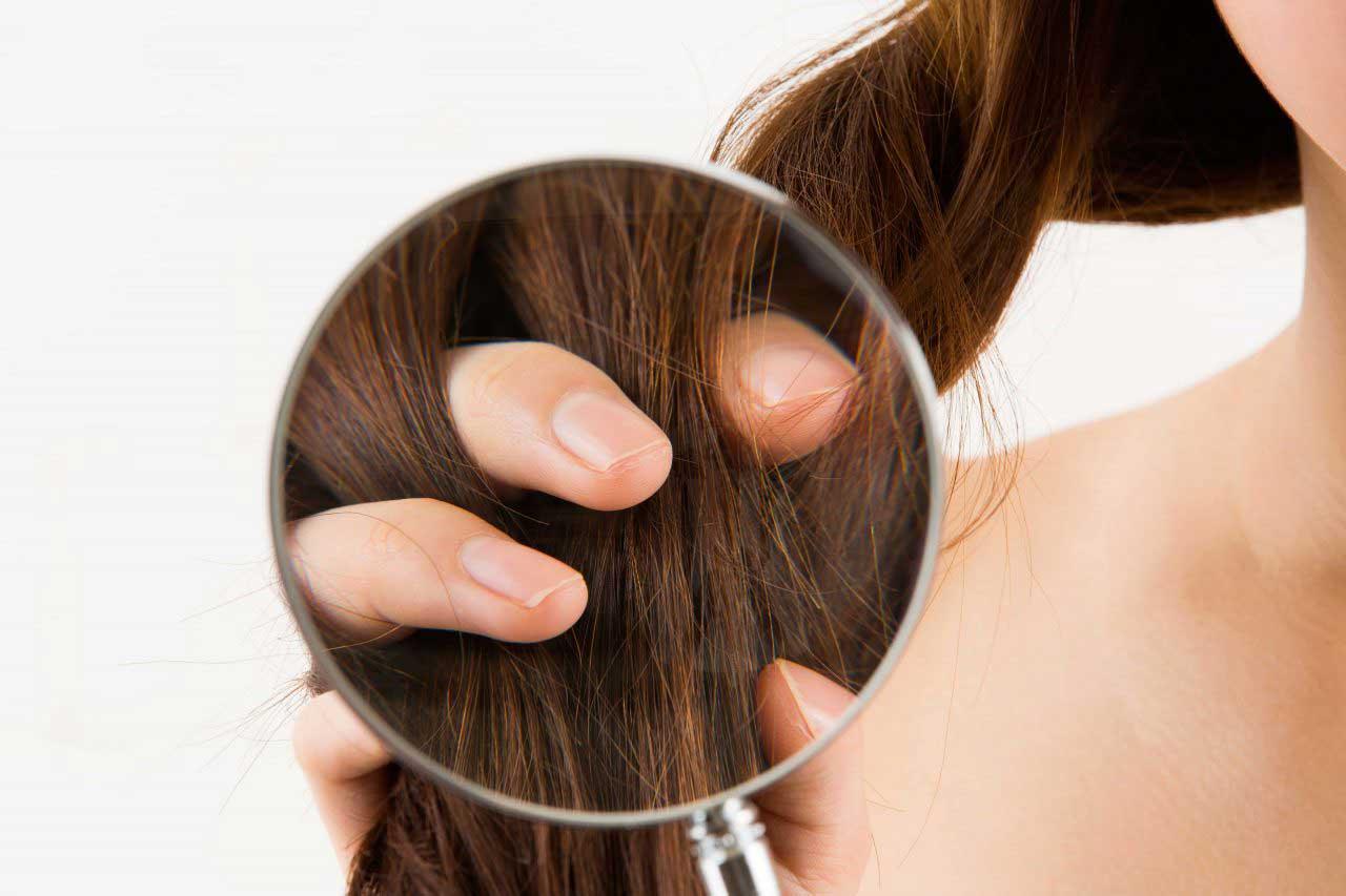 髪に指を通した女性の手元を拡大