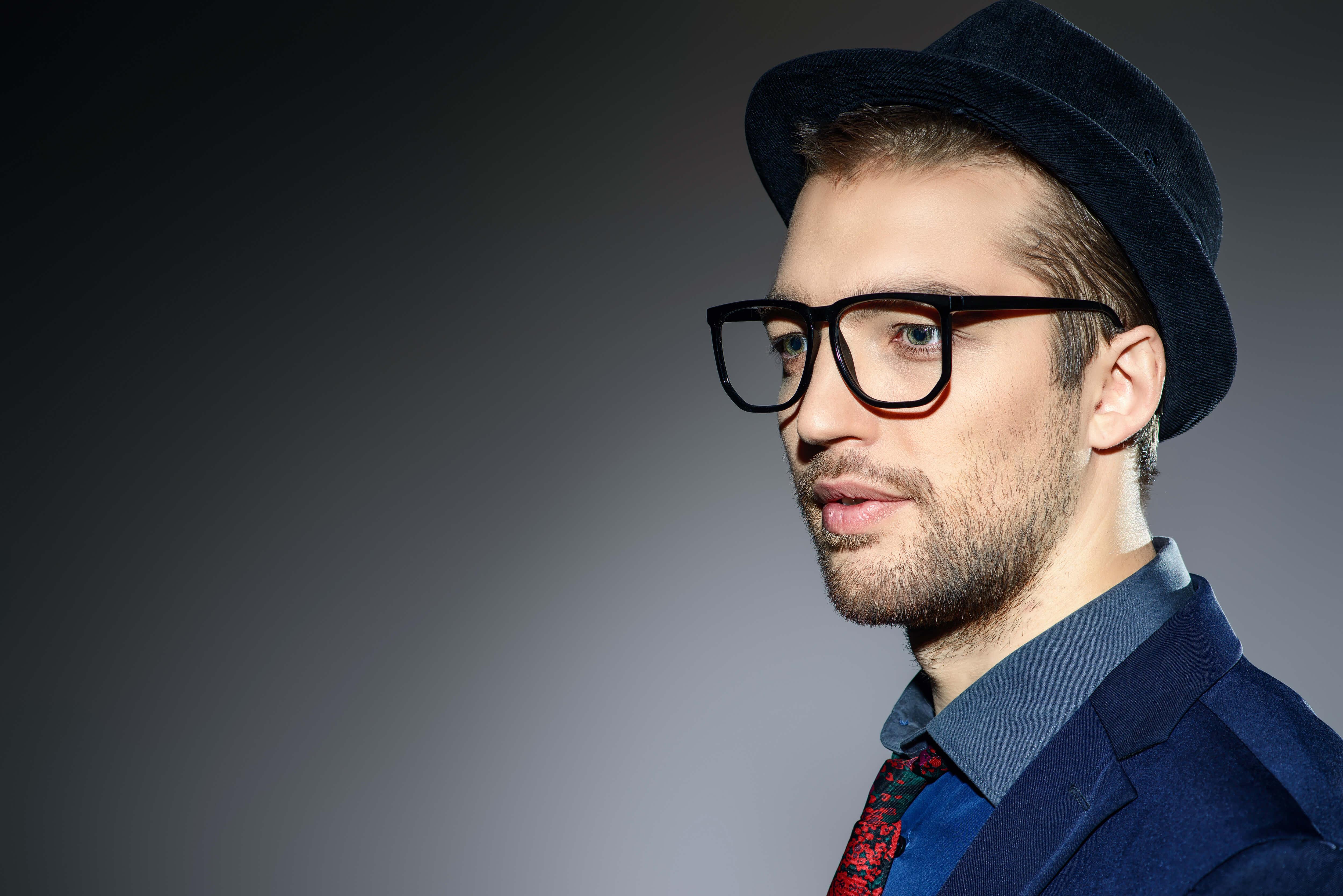 帽子と眼鏡の男性
