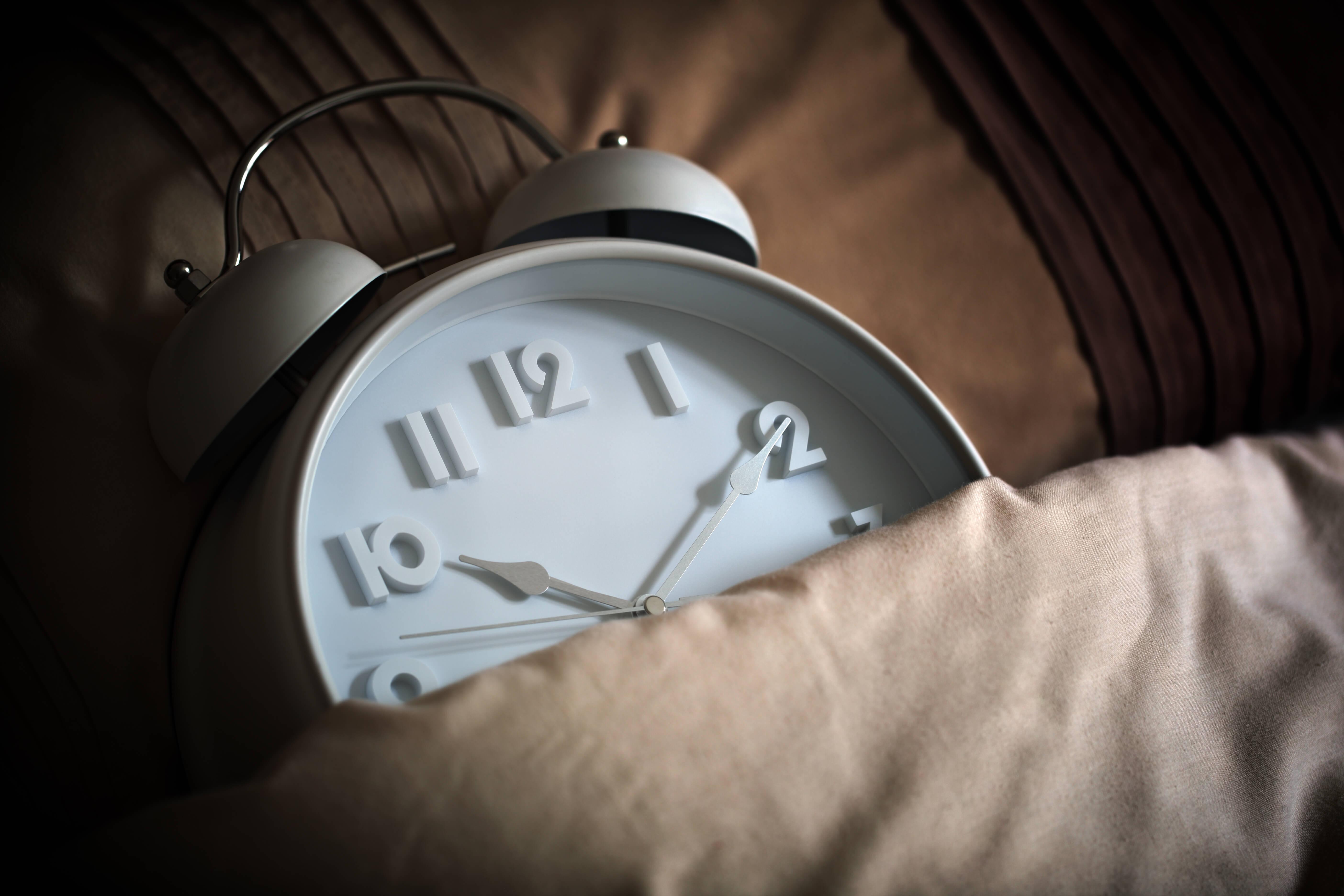 布団の中に目覚まし時計