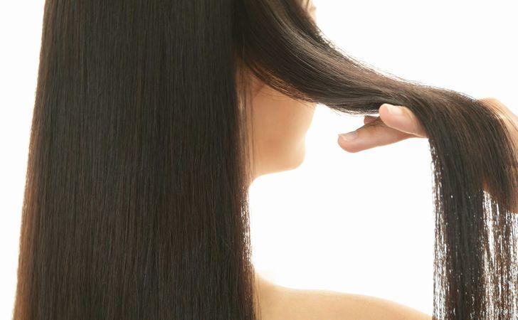 髪を持ち上げる女性