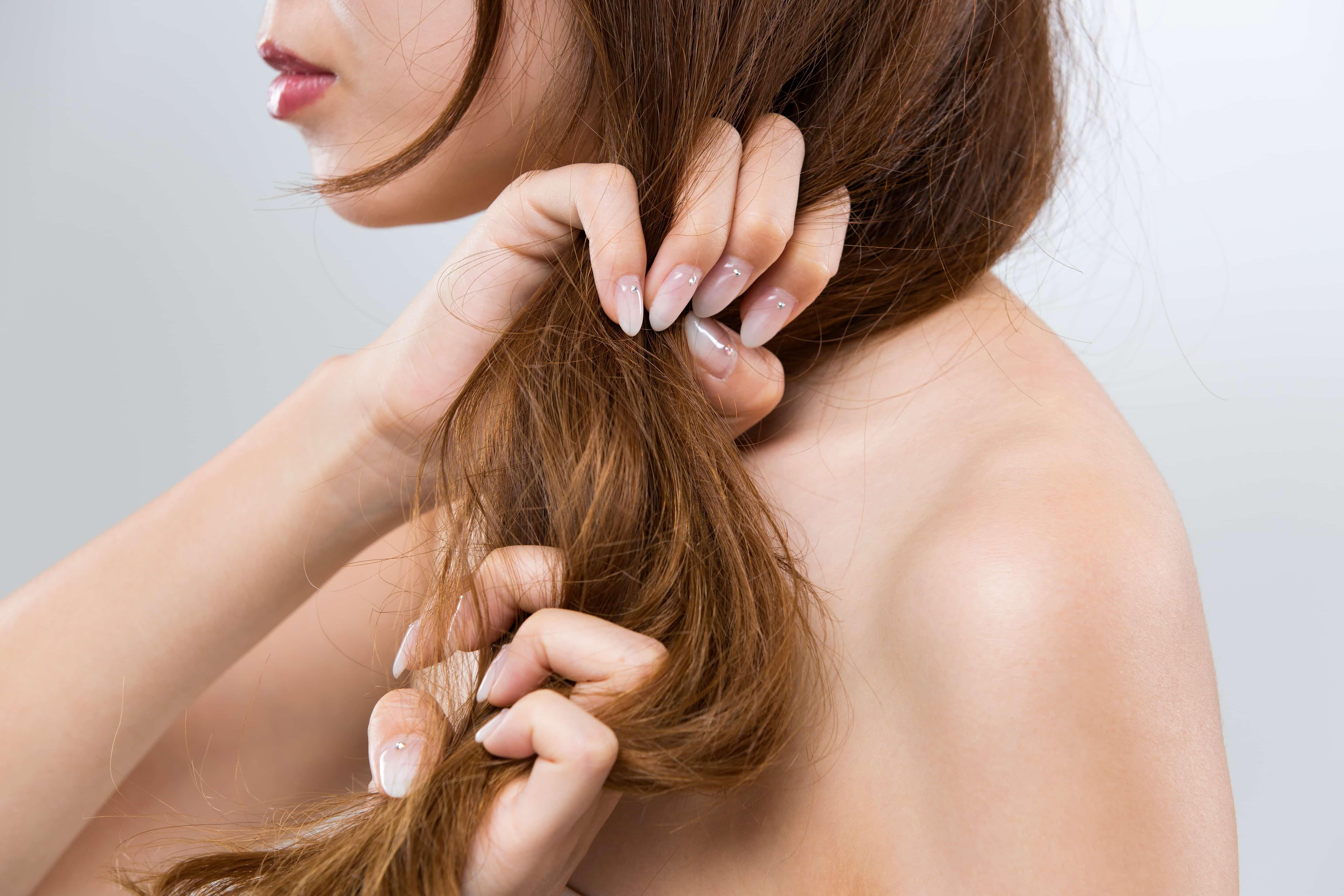 髪に指を通す女性