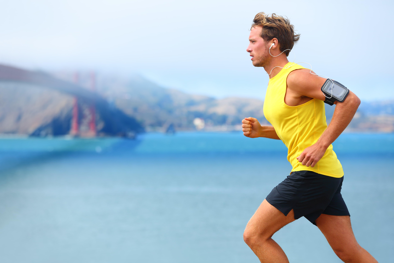 海沿いをマラソンする男性