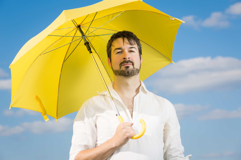 黄色い傘を差している男性