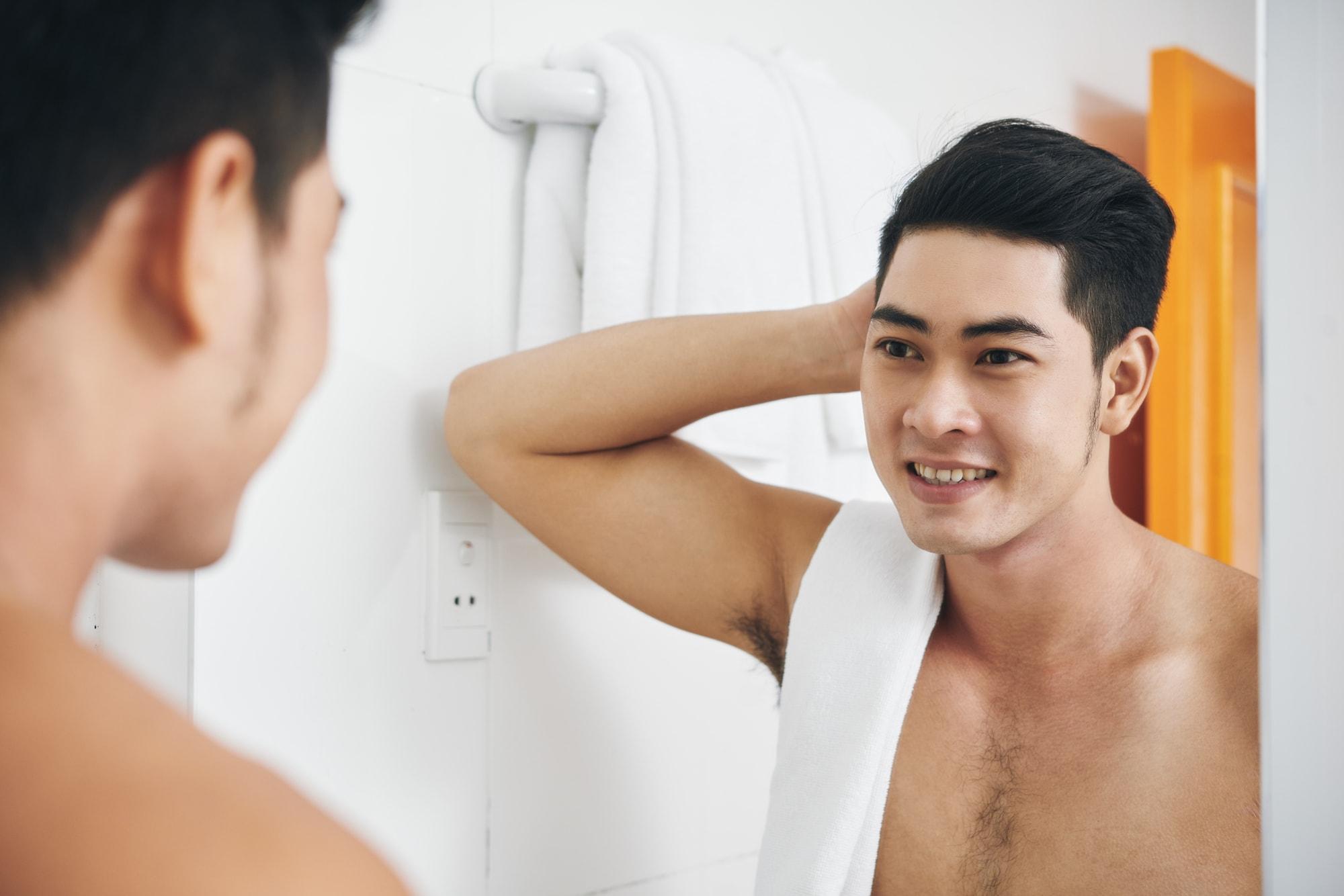 鏡に映る男性