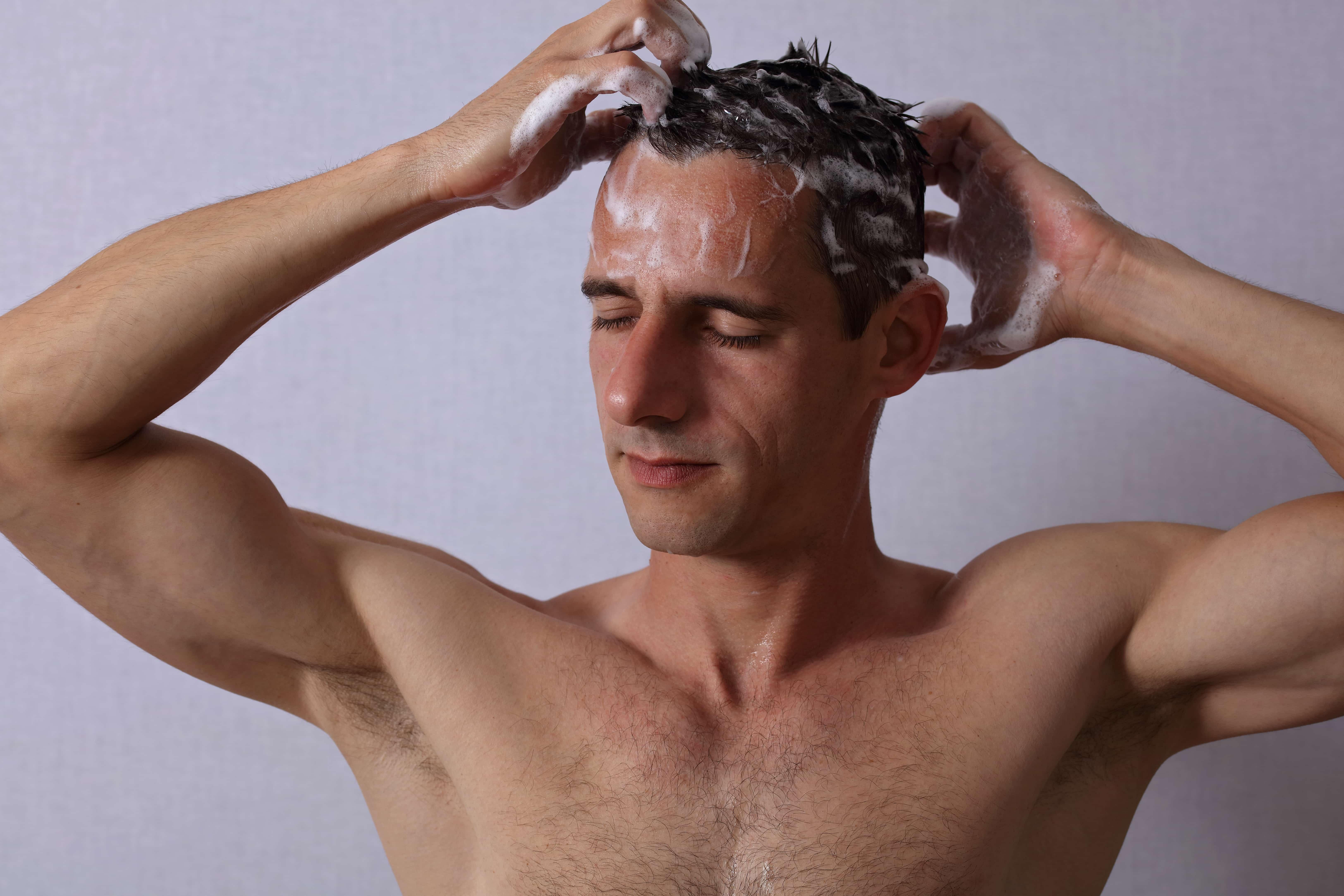 シャンプーをする男性