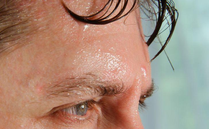 額から汗が流れてる男性の顔