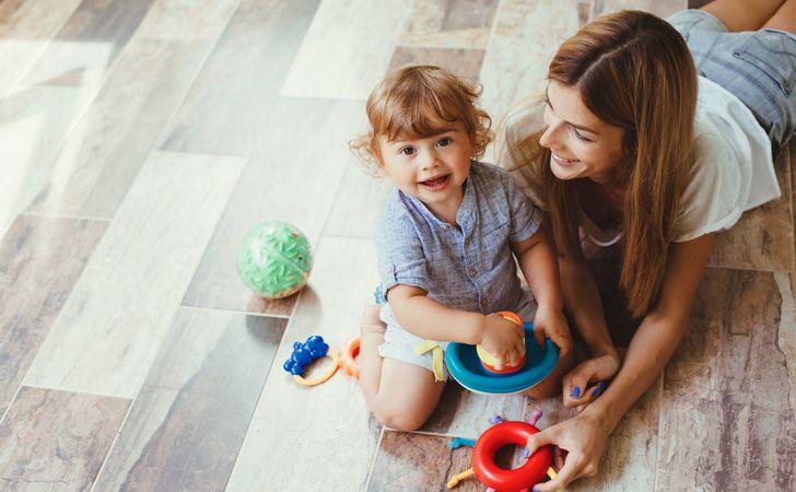 子供と母親がおもちゃで遊んでいる姿