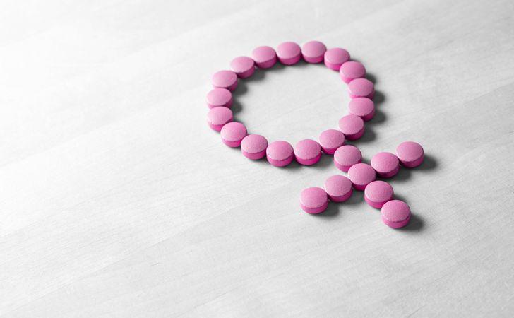 ピンクの錠剤で女性の記号がつくられている