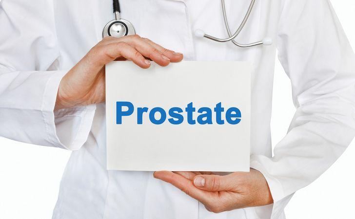 プロステート(前立腺)と書いてあるパネルを胸の前で持っている姿