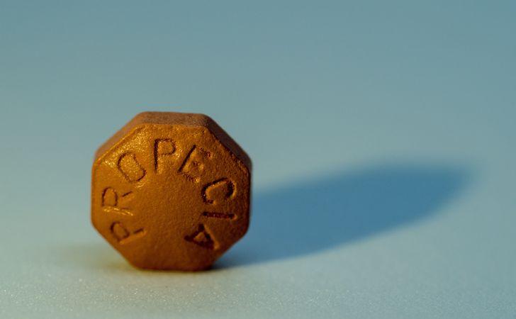 プロペシアと書かれている一粒の錠剤
