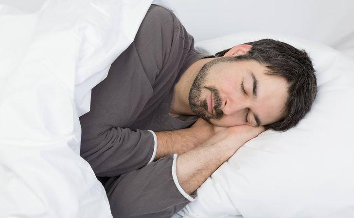 男性がベッドで寝ている姿